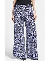 Como Combinar Unos Pantalones Anchos Con Estampado Geometrico Azules 1 Outfits Lookastic Espana