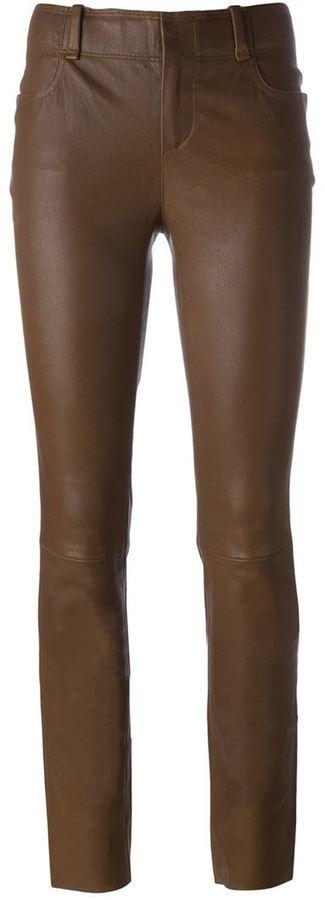 Pantalones pitillo de cuero en marrón oscuro