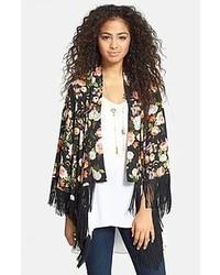 Una camiseta sin manga en beige y un quimono son una gran fórmula de vestimenta para tener en tu clóset.