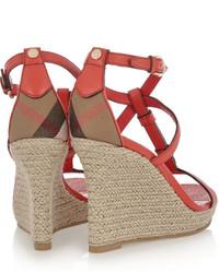 Sandalias con cuña de cuero rojas de Burberry