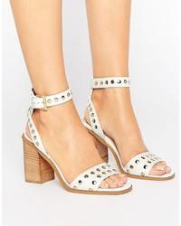 Sandalias de tacón con tachuelas blancas