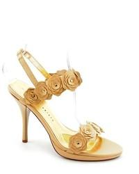 Sandalias de tacón de cuero bordadas en beige