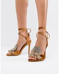 Sandalias de tacón de cuero con adornos amarillas de ASOS DESIGN