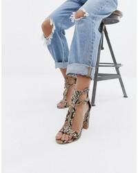 Sandalias de tacón de cuero con print de serpiente en beige de SIMMI Shoes