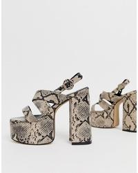 Sandalias de tacón de cuero con print de serpiente marrón claro de Lamoda
