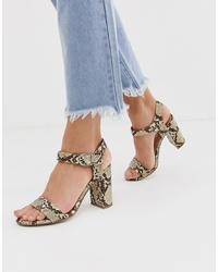 Sandalias de tacón de cuero con print de serpiente marrón claro de New Look