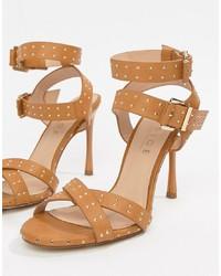 Sandalias de tacón de cuero con tachuelas marrón claro de Office