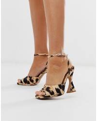 Sandalias de tacón de cuero de leopardo marrón claro de ASOS DESIGN