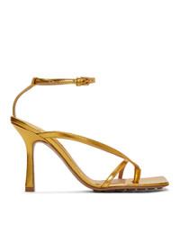 Sandalias de tacón de cuero doradas de Bottega Veneta