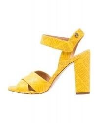 Sandalias de tacón de cuero estampadas amarillas de Moschino