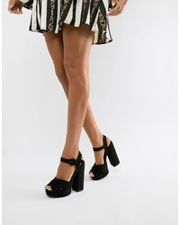 Sandalias de tacón de cuero negras de Qupid