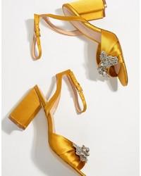 Sandalias de tacón de satén amarillas de Aldo