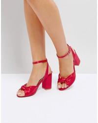 Sandalias de tacón de satén rojas de Coco Wren