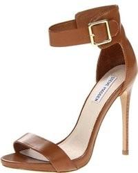 d5d370335eb Cómo combinar unas sandalias de tacón en marrón oscuro (130 looks de ...