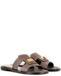 Sandalias planas con adornos en marrón oscuro