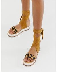 Sandalias planas de ante de leopardo marrón claro de River Island