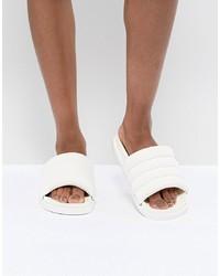 Sandalias planas de cuero blancas de Monki