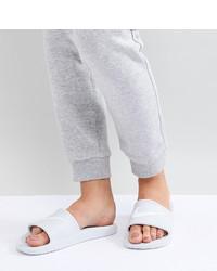 Sandalias planas de cuero blancas de Nike