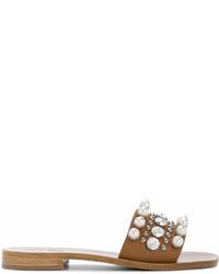 Sandalias planas de cuero con adornos marrón claro de Miu Miu