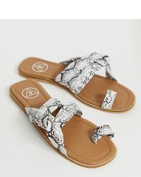 Sandalias planas de cuero con print de serpiente grises de Missguided