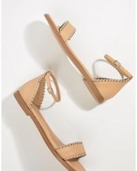 Sandalias planas de cuero con tachuelas en beige de Missguided