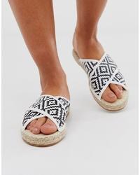 Sandalias planas de cuero en blanco y negro de Miss Selfridge