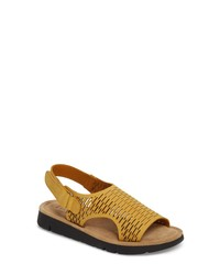 Sandalias planas de cuero mostaza