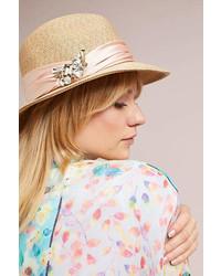 Sombrero con adornos en beige