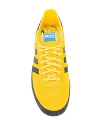Tenis amarillos de adidas