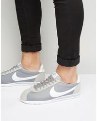 Tenis grises de Nike