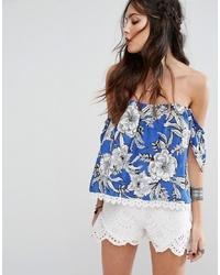Top con hombros descubiertos con print de flores azul de Lovers + Friends