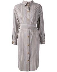 Empareja unas sandalias romanas altas de cuero negras junto a una vestido camisa para conseguir una apariencia glamurosa y elegante.