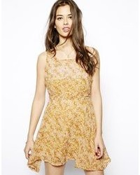 Vestido casual con print de flores mostaza de Glamorous