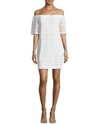 Vestido con hombros al descubierto de crochet blanco