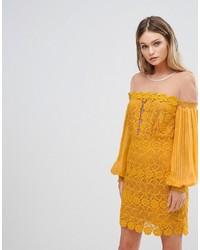 Vestido con hombros al descubierto de encaje amarillo de Three floor