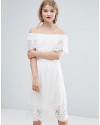 Vestido con hombros al descubierto de encaje blanco de Vila