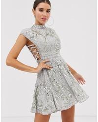 Vestido de vuelo con adornos gris de ASOS DESIGN
