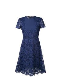 Vestido de vuelo de encaje azul marino de Valentino