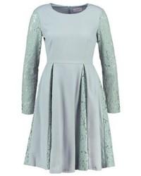 Vestido de vuelo de encaje gris de Carolina Cavour