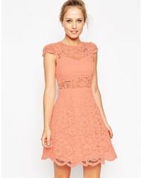 Vestido de vuelo de encaje rosado de Asos