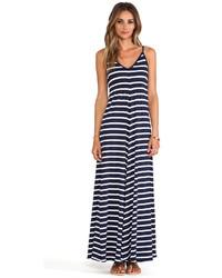 Vestido largo de rayas horizontales en blanco y azul marino