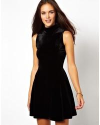 Vestido skater de terciopelo negro de Glamorous