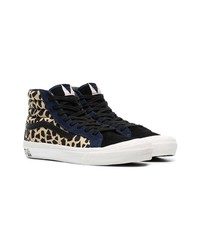 vans negras y leopardo