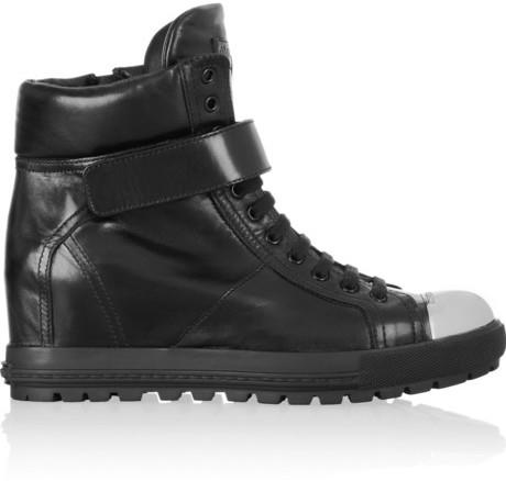Zapatillas con cuña de cuero negras de Miu Miu  dónde comprar y cómo ... 5bd5d464ad