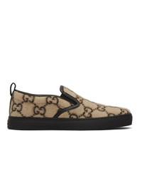 Zapatillas slip-on de cuero estampadas marrón claro de Gucci