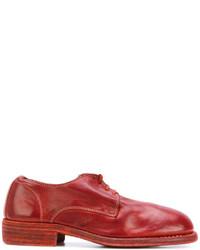 Zapatos con cordones rojos
