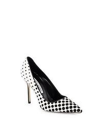 Zapatos de tacón de ante a lunares en blanco y negro