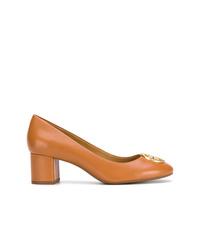 Zapatos de tacón de cuero con adornos en tabaco de Tory Burch
