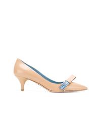 Zapatos de tacón de cuero con adornos marrón claro de Prada