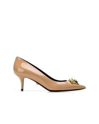 Zapatos de tacón de cuero con adornos marrón claro de Versace